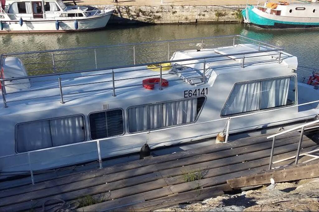 Quai privatif de 12 m. Vue magnifique sur le port. Calme