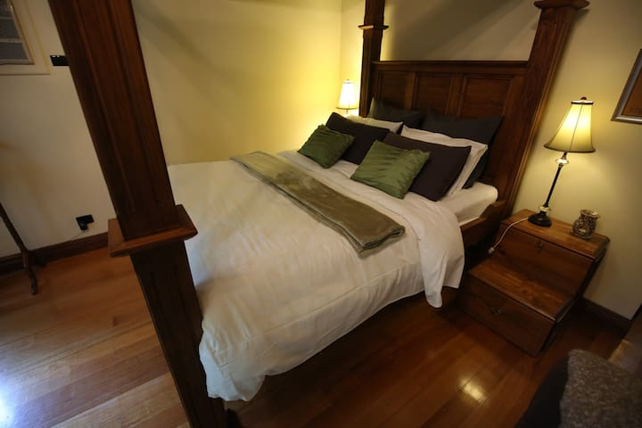 Cosy Olinda 4-Poster Currawong Spa Cottage - Olinda - Bed & Breakfast