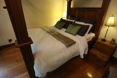 Cosy Olinda 4-Poster Currawong Cottage - Olinda - Bed & Breakfast