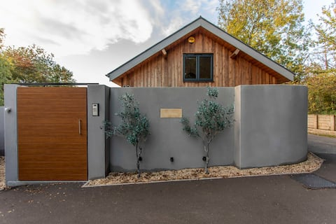 Private Barn Conversion - Hot tub, Gym & Parking!