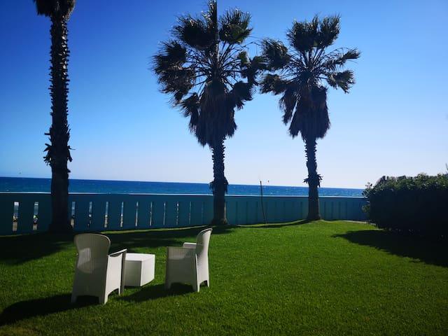 Meravigliosa villa sul mare con piscina.