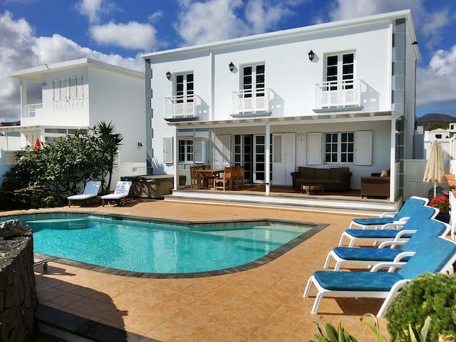 Casa Mila, Lanzarote holiday home with heated pool - Haría - Villa