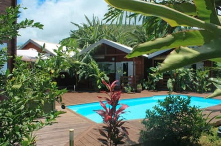 Bungaló con piscina compartida