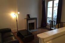"""Le salon (17 m2) avec """"bar"""""""