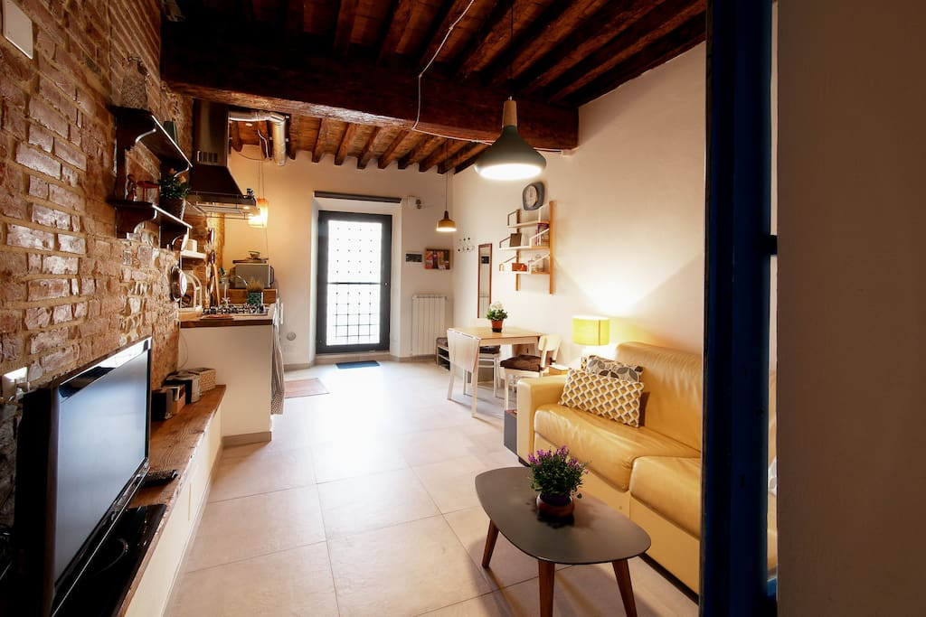Panoramica dell'open space soggiorno con angolo cottura