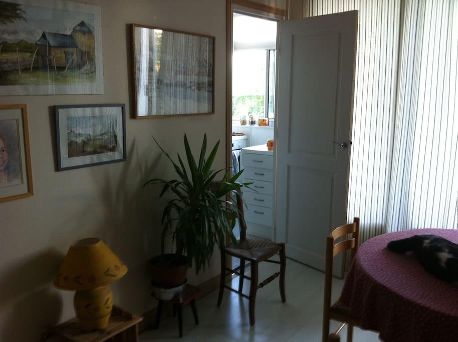 La pièce à vivre salle à manger avec accès à la cuisine, petite mais fermée et parfaitement équipée