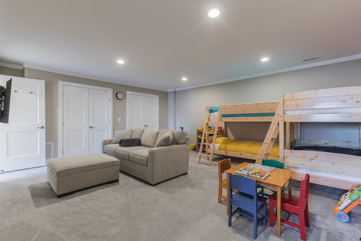 Downstairs rec room with 2 bunk-beds and kids play table