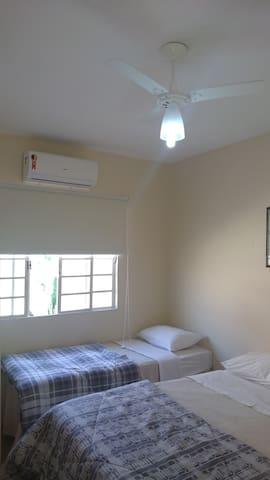 QUARTO 3 (área externa)   4 pessoas  - com ar condicionado, ventilador de teto, cortina blackout, 1 cama de casal, 2 camas de solteiro, arara para roupas e cabides