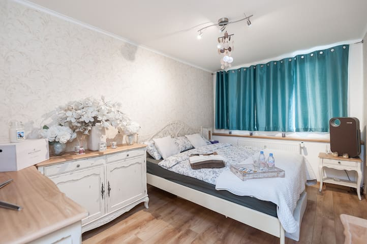 LUXURY BED&BFAST AT METRO STATION - Praha - Appartement