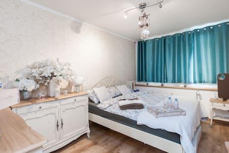 LUXURY BED&BFAST NEAR METRO STATION - Praha - Appartement
