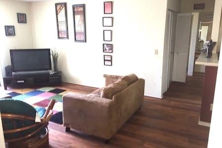 Spacious Clean near 405 101 170 fwy - Apartment