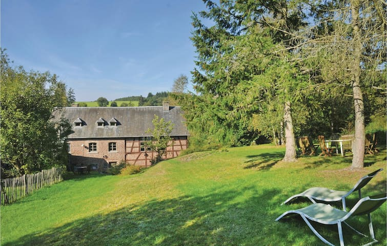 Former farm house with 5 bedrooms on 240 m²