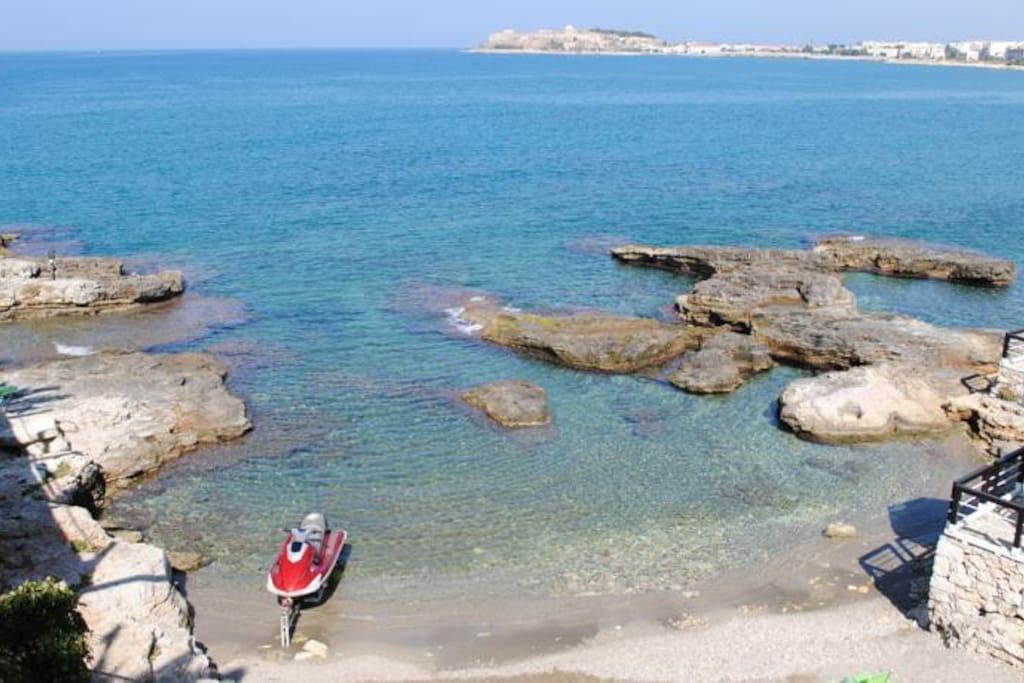 Maistros Exclusive Suites sandy beach, shower, free sunbeds, umbrellas service