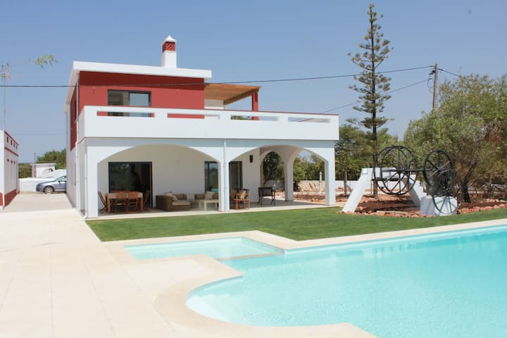 Beautiful villa with large pool and sea view