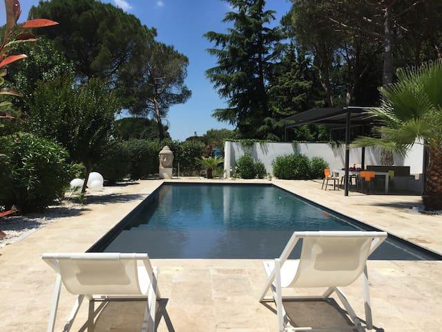 Villa contemporaine avec piscine - Nîmes - House