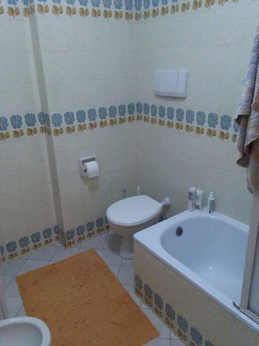Bagno con vasca ampia e spaziosa e molto comoda...