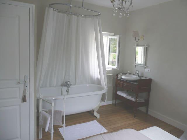 Salle de bain ouverte chambre Lilaroze