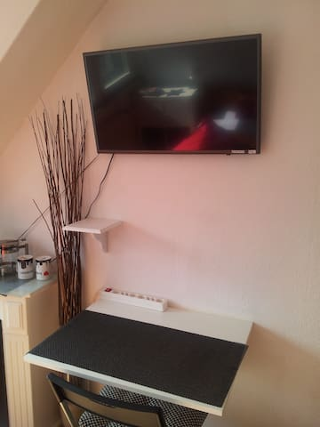 Schreibtisch + SMART TV mit ca. 1750 Programmen (SATELITT)