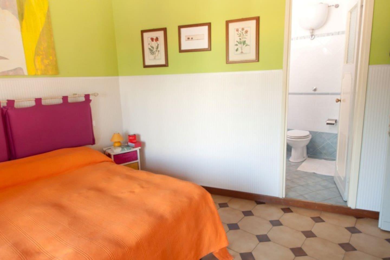camera doppia con bagni privato e terrazzino esclusivo: dotata di aria condizionata, tv e connessione wi-fi gratuita