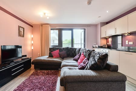 Spacious 2-bed, 2-bath apartment - Woking