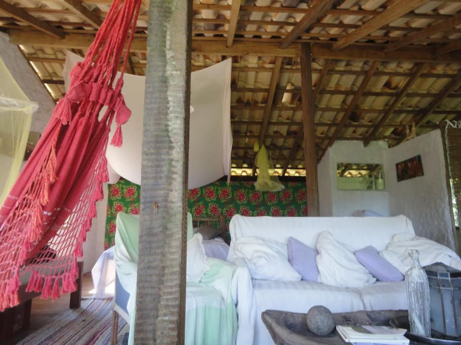 Sala com sofá e rede.