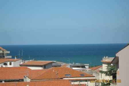 It rent spacious apartment furnished with 5 beds in the center city in Ortona in a building on the fourth floor, in a very quiet residential area well served by shops, supermarket, bus stop, bars, hairdressers. At 200 meters you can visit the Castell