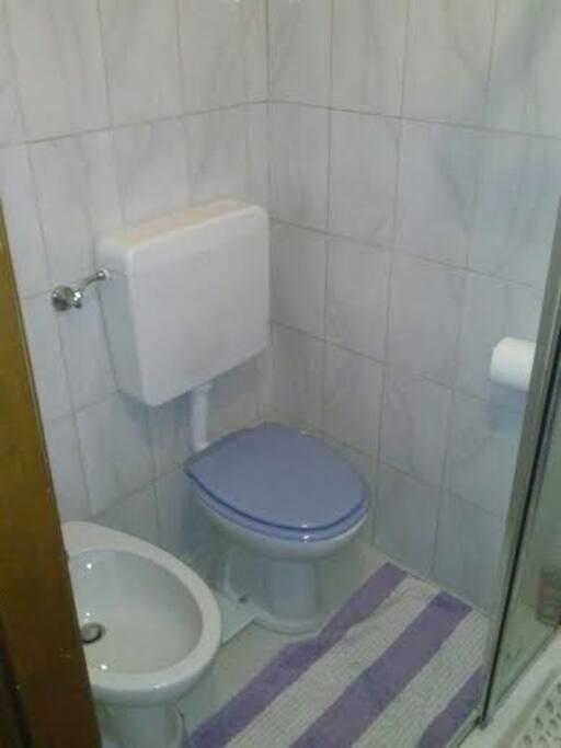 Bagno con doccia - Toilet and shower