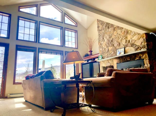SH8: Gorgeous Stone Hill Townhome in the heart of Bretton Woods. Luxury home with great views, huge kitchen, fireplace, Jacuzzi tub and free shuttle to skiing and Mt Washington Hotel. Close to hiking, Santa's Village, StoryLand and countless attractions!