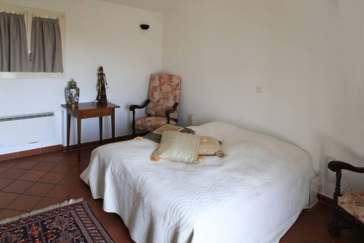 Schlafzimmer im Obergeschoß (16.4mq). Ein neues Bett (Etwas größeres Doppelbett) wird im Februar 2021 installiert.