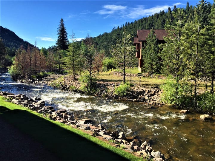 """Serenity on the River"" remodeled, ground level unit with direct access to the river, covered porch and 5 minutes from Rocky Mountain National Park!"