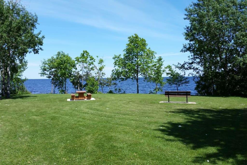 À 300 mètres du parc bordé par le Lac-St-Jean.