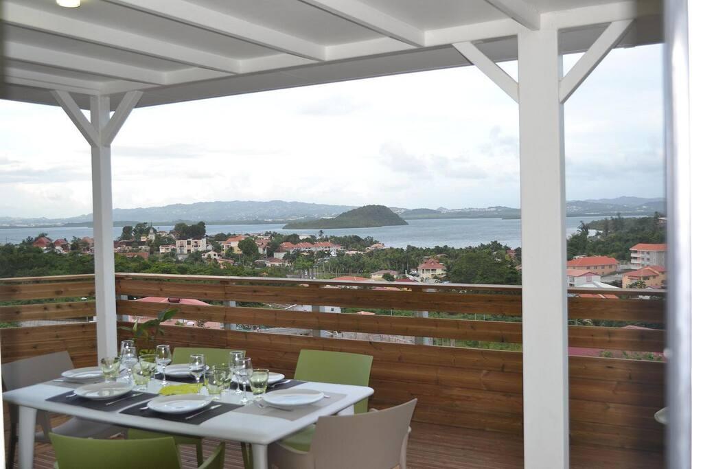 vue terrasse, petit déjeuner, déjeuner ou dîner...baylodge.fr