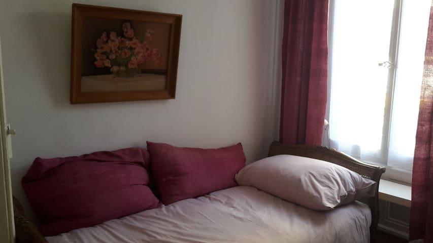 et son lit simple