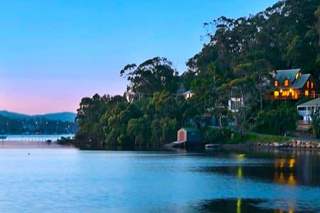 Cedar lodge on waters edge - Killcare