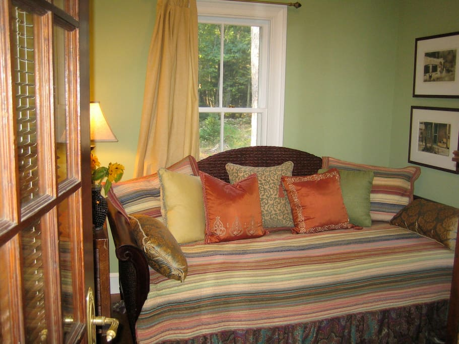 Second Bedroom's Twin-size Daybed with Pullout Trundle Bed Below