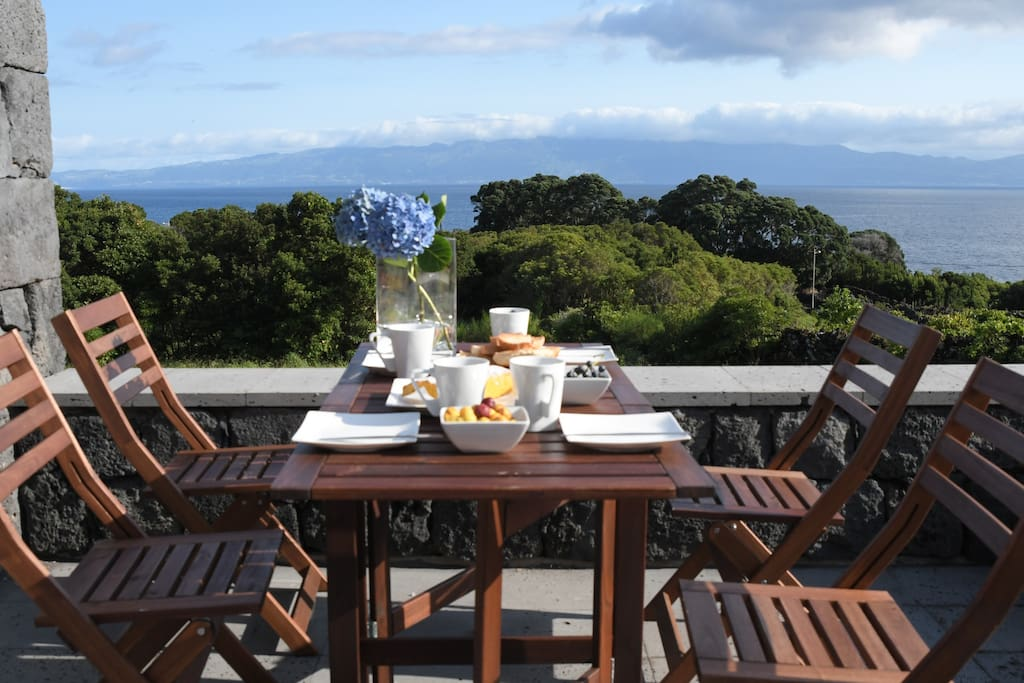 Varanda equipada com mesa para refeições
