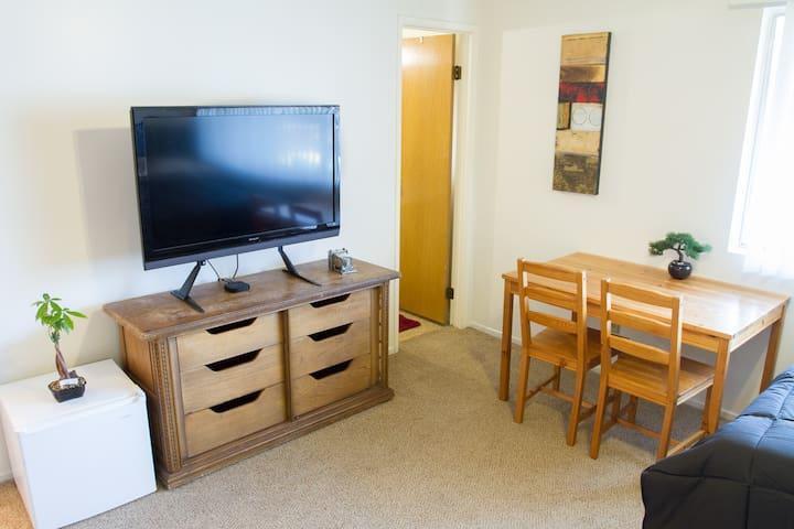 Queen Bedroom and Private Bathroom - Santa Barbara - Apartamento