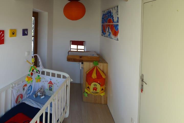 chambre enfant, lit à barreau, table à langer