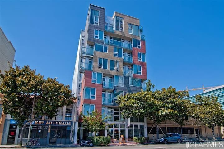 Modern studio in center of SoMa,views,rooftop deck