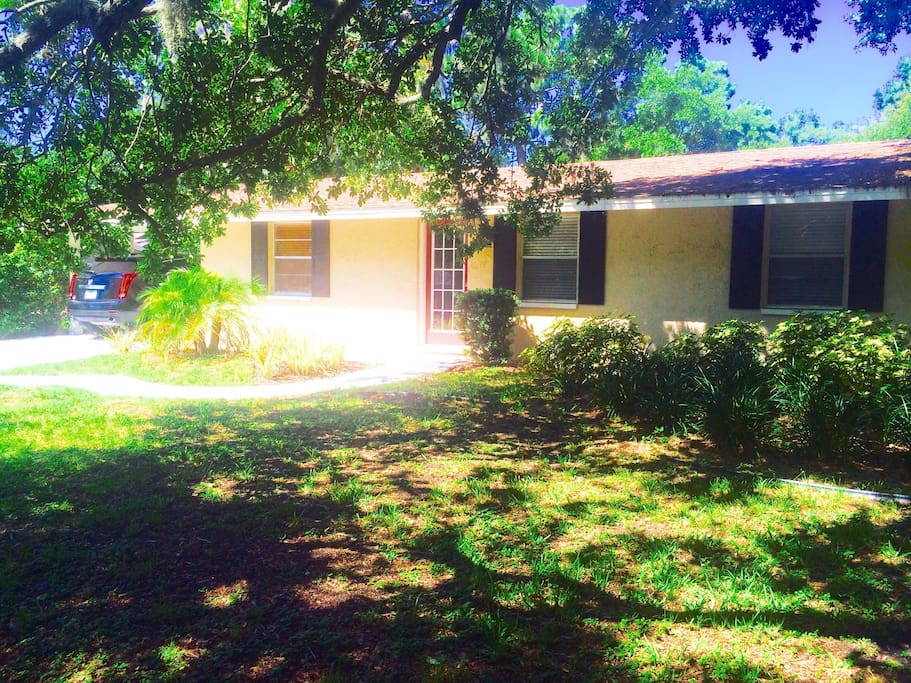 Quiet Bungalow home less than a mile from Tampa's Bay