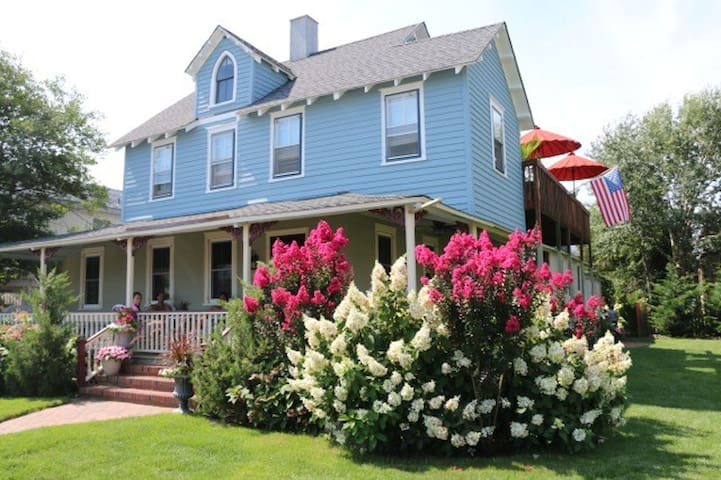 Private 2 Bedroom Apt in Historic Oceanside Home - Beach Haven - Leilighet
