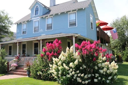 Private 2 Bedroom Apt in Historic Oceanside Home - Beach Haven - Apartamento