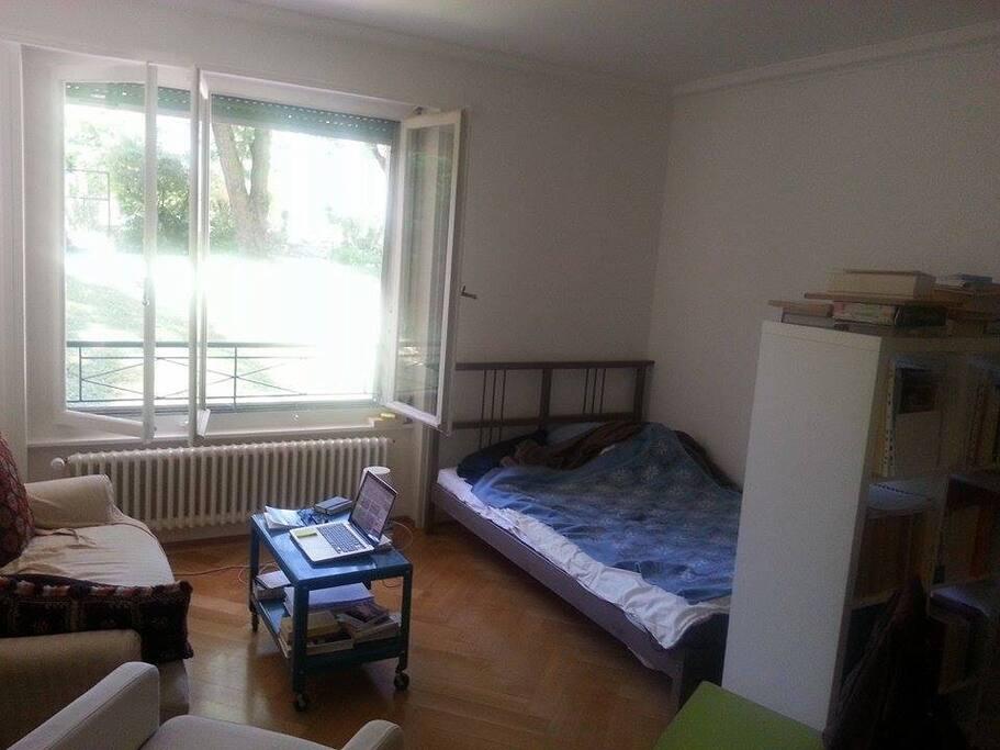 La chambre ! (mais c'est un peu plus grande de ce qu'on voit dans la photo).
