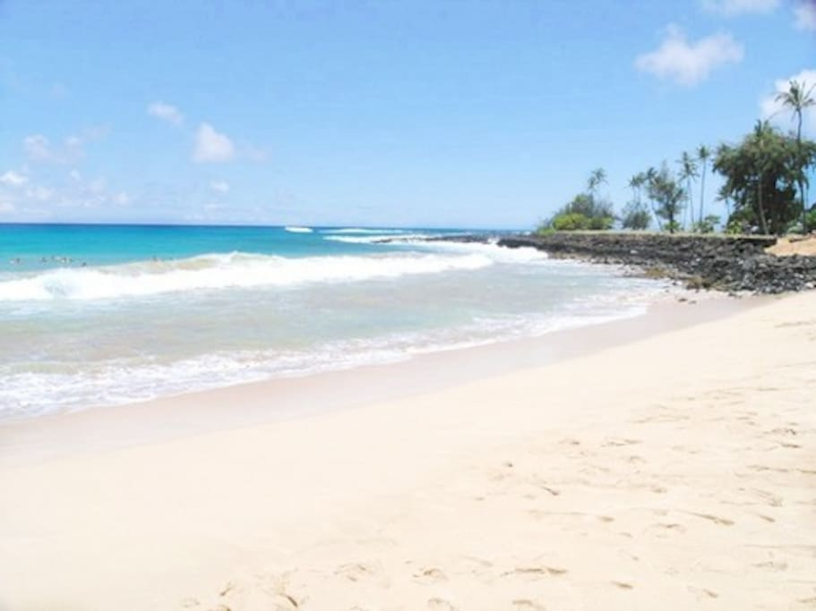 5 minute walk to famous Brenneckes Beach! Fabulous for boogie boarding!