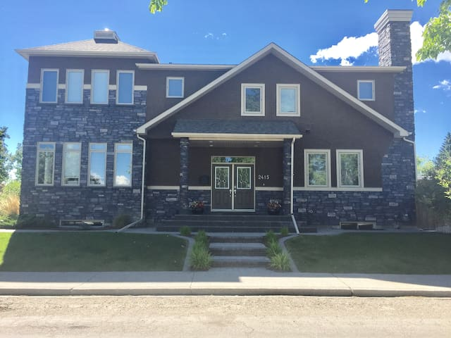 Easy commute to Stampede Grounds. Gorgeous home.