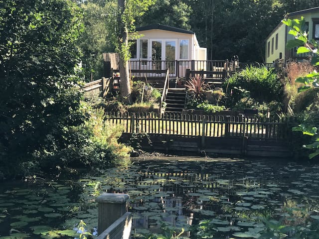 TRANQUIL LAKESIDE GETAWAY, BEST LOCATION & VIEWS !