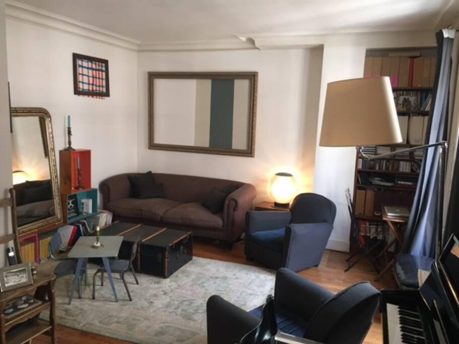 Salon, côté télé, avec coin bureau