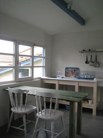 en la cocina podréis preparar menús con productos de las huertas cercanas y el rico bonito del norte