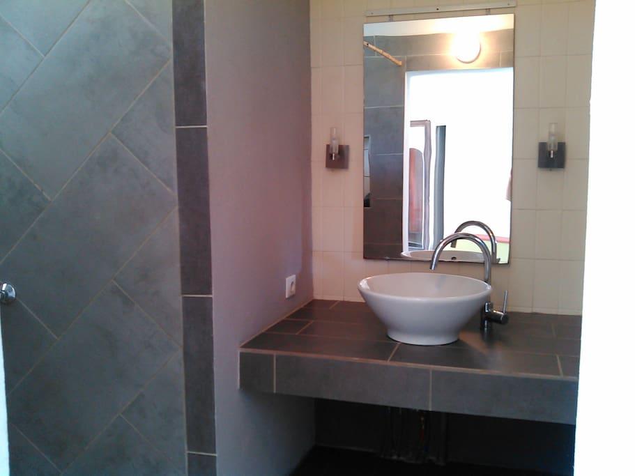 Le lavabo de la salle d'eau