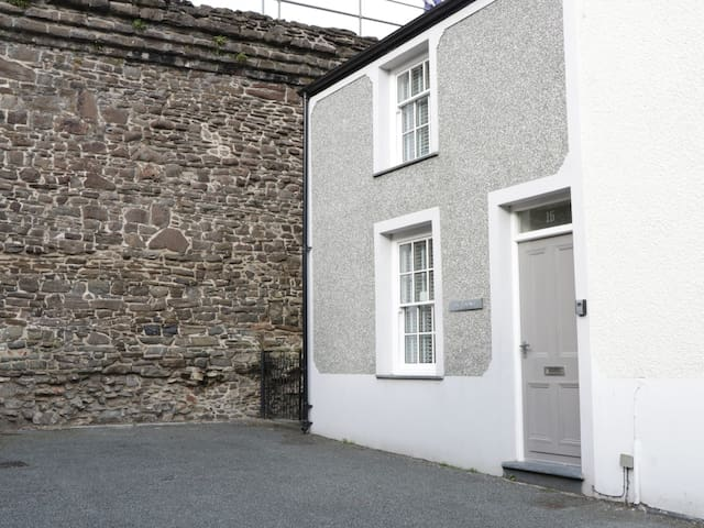 TY POTIWR, with a garden in Conwy, Ref 982448